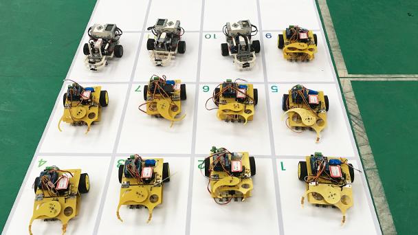 小组机器人展示。