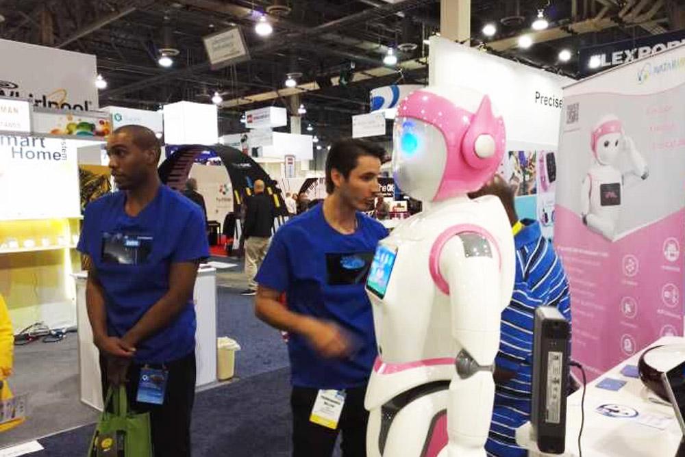 观众蜂拥而至到阿凡达机器人的展台。