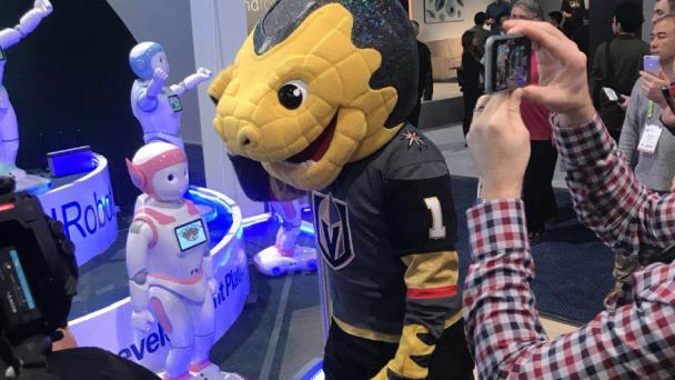 i宝™与拉斯维加斯冰球队吉祥物趣味互动。