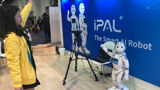 機器人靈活模仿人類動作。