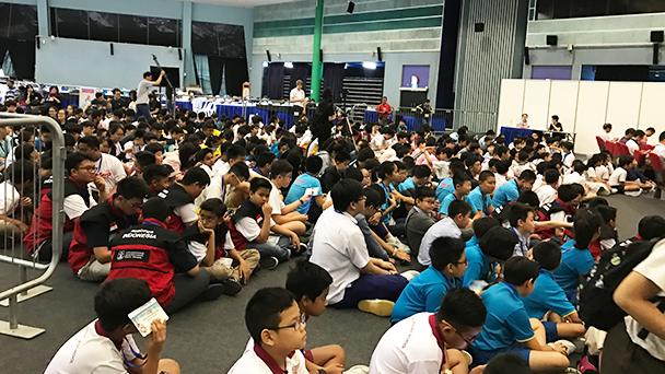 大厅里坐满了来参赛的学生们。