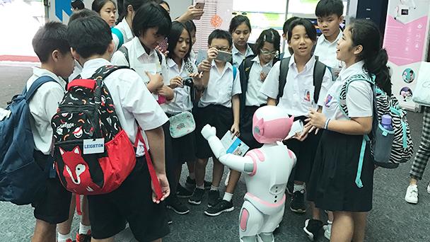 i宝™机器人被学生包围。