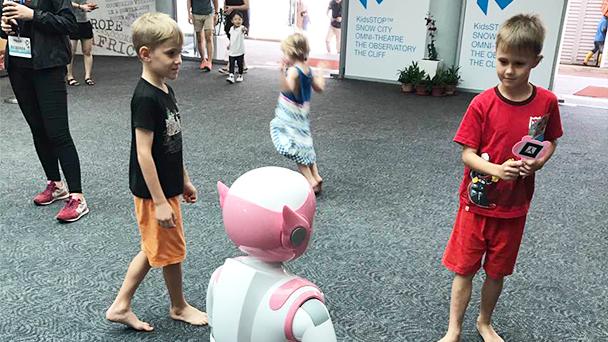小朋友们正在体验人体跟随功能。