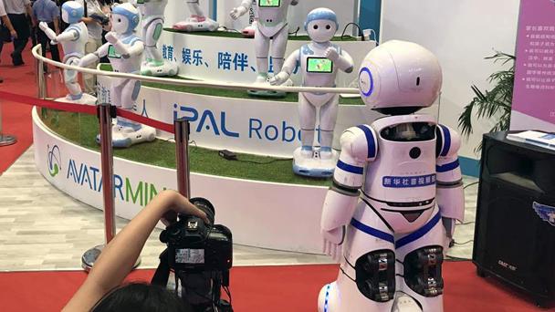 与新华社采访机器人的对峙。