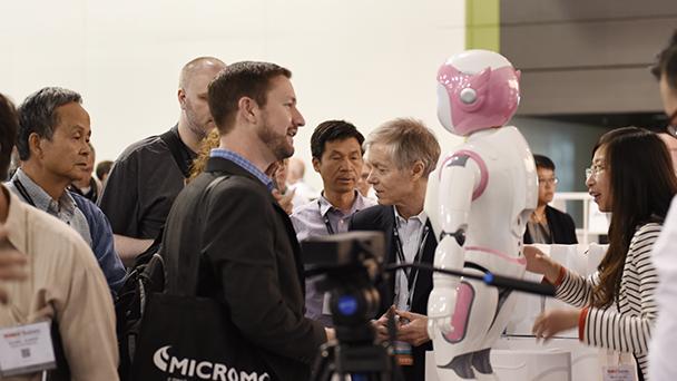 观众蜂拥而至到阿凡达机器人的展台